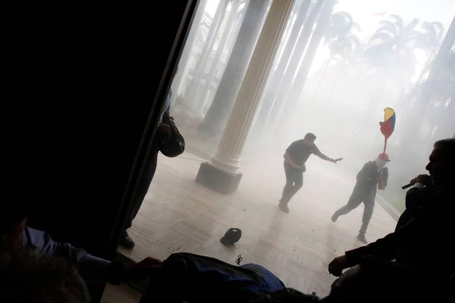 Grupo de apoiadores do presidente da Venezuela, Nicolas Maduro, invadiu a sede do Parlamento, que é controlado pela oposição - 05/07/2017ns