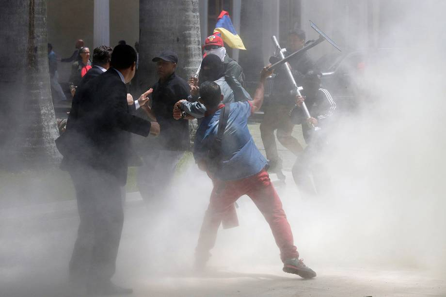 Um grupo de apoiadores do Governo de Nicolás Maduro invadiu, o Parlamento da Venezuela - 05/07/2017
