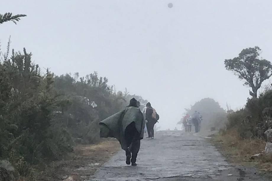 Neblina encobre montanhas no planalto de Itatiaia, mesmo assim turistas se aventuram nas caminhadas.