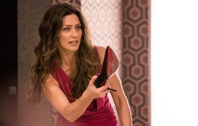 Joyce (Maria Fernanda Cândido) arranca o sapato para jogar em Irene (Débora Falabella) em 'A Força do Querer'