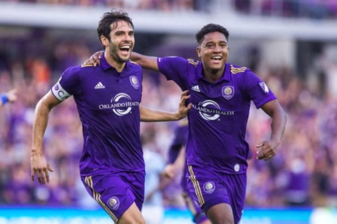 Kaká comemora gol do Orlando City ao lado do companheiro Cristian Higuita