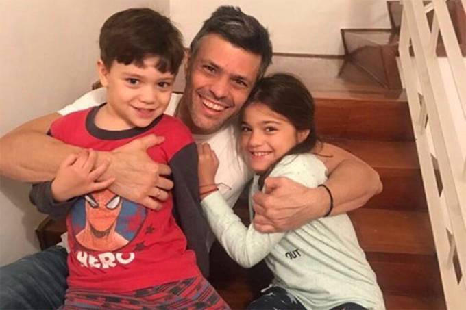 O líder da oposição venezuelana, Leopoldo López, com seus filhos, após ser transferido para a prisão domiciliar, em Caracas