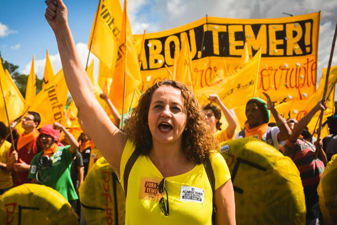 Luciana Genro durante manifestação contra o presidente Michel Temer