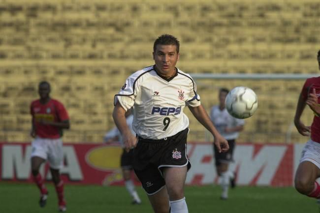 Luizão, do Corinthians, contra a Portuguesa, Campeonato Brasileiro 2001