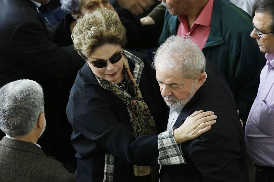 Os ex-presidentes Luiz Inácio Lula da Silva e Dilma Rousseff prestam homenagens durante velório de Marco Aurélio Garcia, assessor de assuntos internacionais dos governos de Lula e Dilma Rousseff, na assembleia legislativa  - 21/07/2017