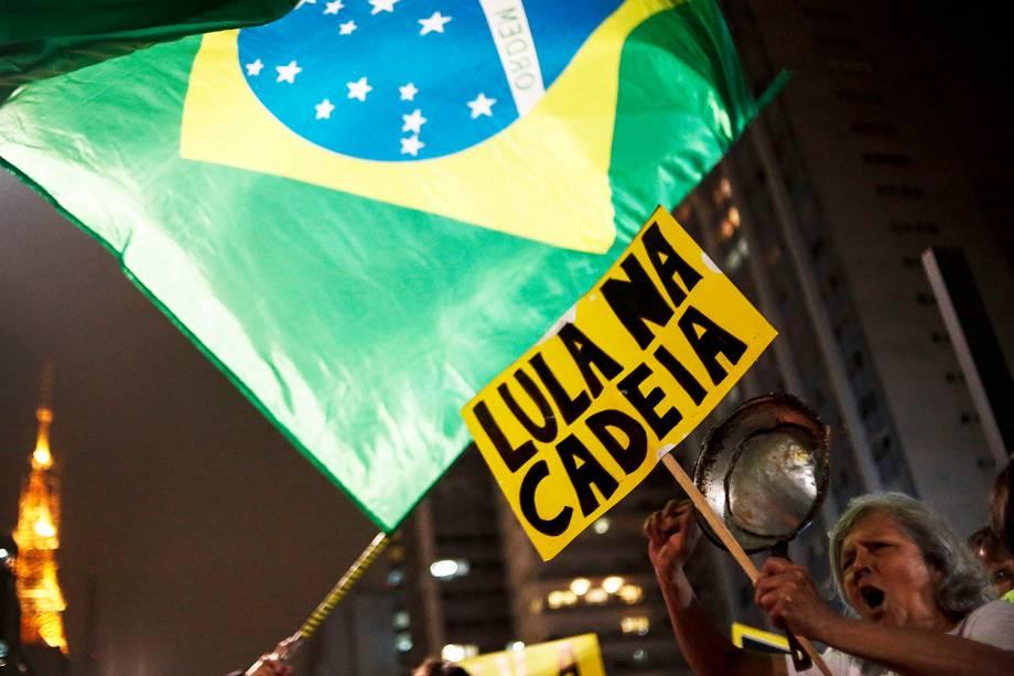 Manifestantes comemoram condenação do ex-presidente Lula em frente à sede da FIESP, na av. Paulista, em São Paulo (SP) - 12/07/2017
