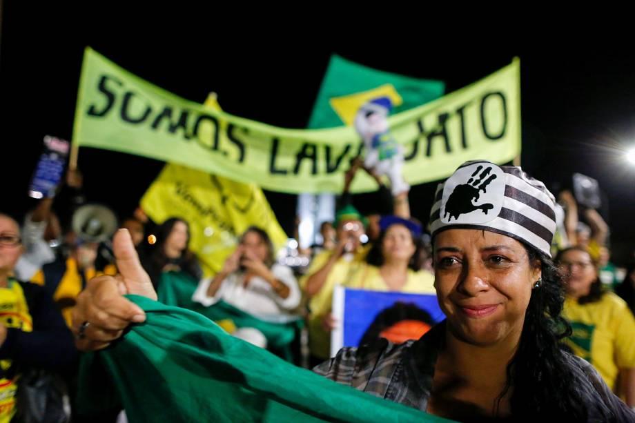 Manifestantes comemoram condenação do ex-presidente Lula em frente ao Congresso Nacional, em Brasília (DF) - 12/07/2017
