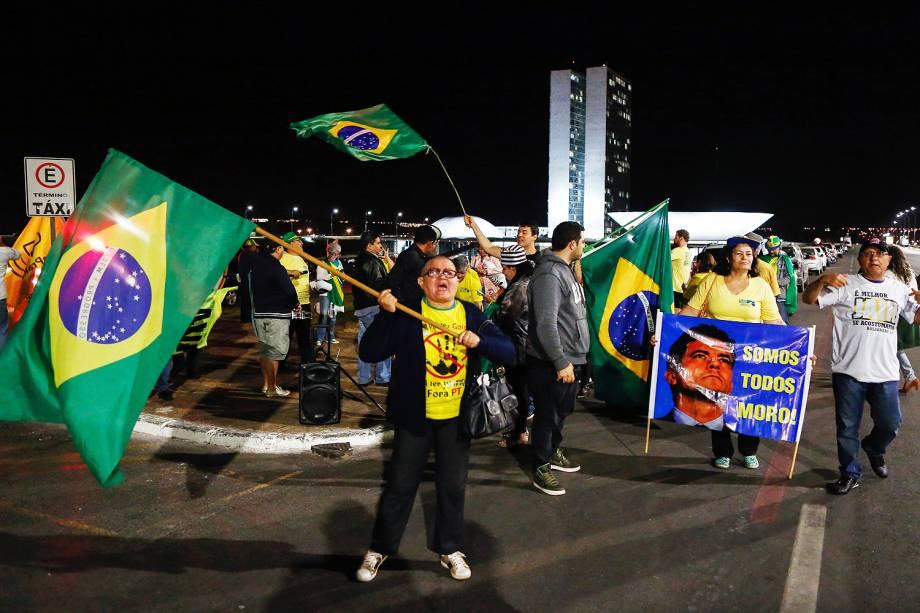 Manifestantes comemoram condenação do ex-presidente Lula em frente ao Congresso Nacional, em Brasília (DF) - 12/07/201