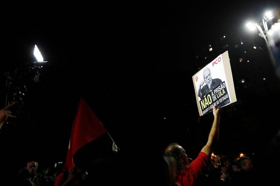 Manifestantes se concentram no vão livre do Masp, na Avenida Paulista, em São Paulo, durante manifestação de solidariedade ao ex-presidente Luiz Inácio Lula da Silva, que foi condenado a nove anos e seis meses de prisão pelo juiz Sergio Moro no caso do triplex do Guarujá pelos crimes de corrupção passiva e lavagem de dinheiro - 12/07/2017