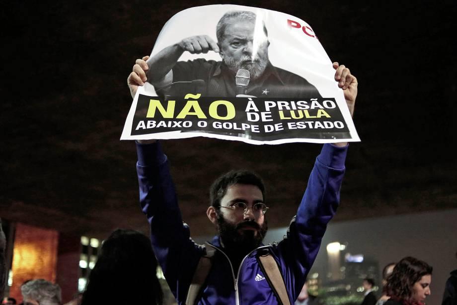 Manifestantes protestam contra condenação do ex-presidente Lula em frente à sede da FIESP, na av. Paulista, em São Paulo (SP) - 12/07/2017