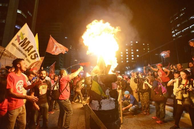 Manifestantes ateiam fogo em pneus durante protesto contra a reforma trabalhista na Avenida Paulista, em São Paulo