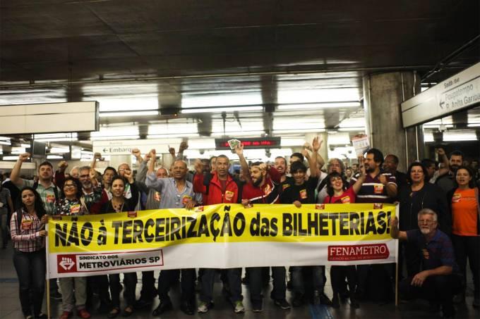 Metroviários protestam contra a terceirização das bilheterias, em São Paulo