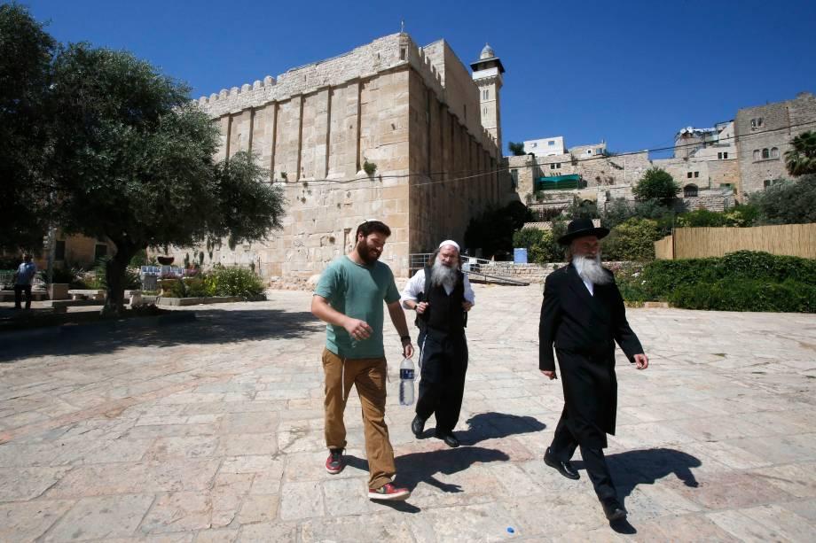 Judeus ultra-ortodoxos caminham nos arredores da caverna dos Patriarcas, também conhecida como Mesquita de Ibrahimi, local sagrado para judeus e muçulmanos, no coração da cidade de Hebron no sul Cisjordânia