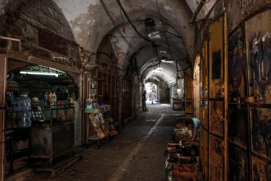 Hebron abriga mais de 200 mil palestinos e algumas centenas de colonos israelenses que vivem em um enclave fortemente fortificado perto do local conhecido pelos muçulmanos como a Mesquita Ibrahimi e para os judeus como a Caverna dos Patriarcas