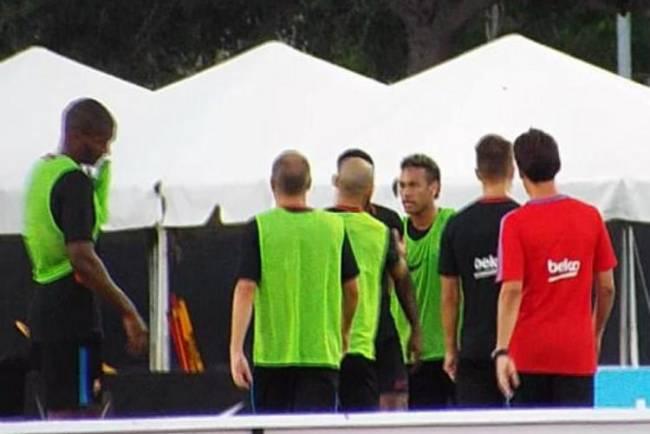 Neymar briga com Nélson Semedo em treino do Barcelona