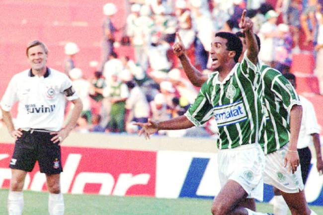 Jogador Nílson, do Palmeiras, comemora gol em partida contra o Corinthians, em 1995