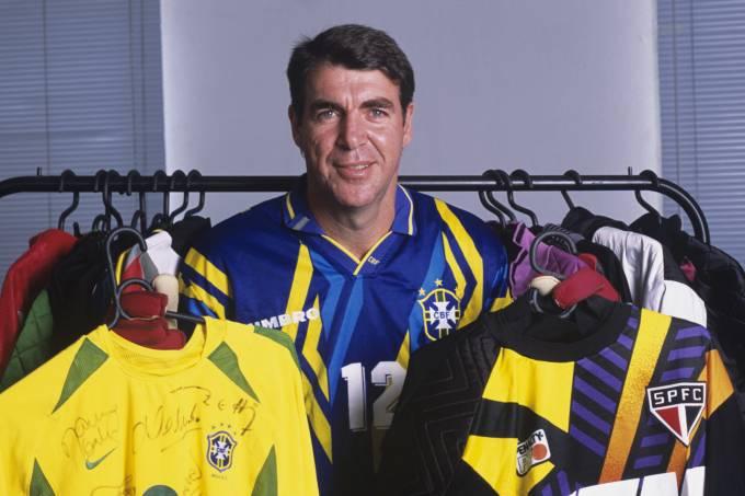 O goleiro Zetti, com algumas de suas camisas usadas em times que jogou.