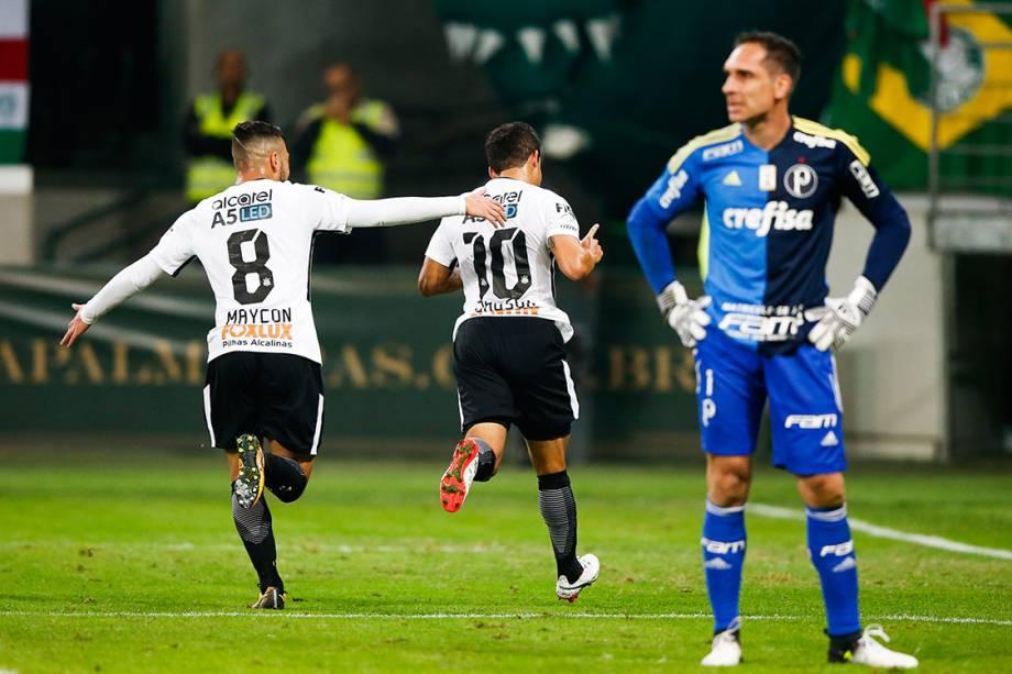 Jadson, do Corinthians, comemora após marcar gol de pênalti contra o Palmeiras, pelo Campeonato Brasileiro, em São Paulo