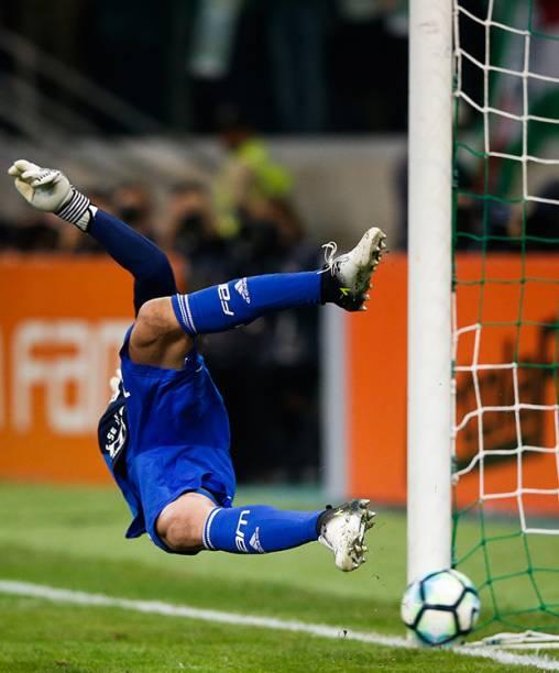 O goleiro Fernando Prass, do Palmeiras sofre gol de pênalti marcado por Jadson, do Corinthians
