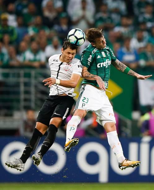 Disputa de bola no jogo entre Palmeiras e Corinthians, em São Paulo