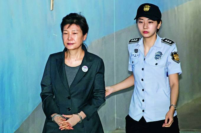 DESGRAÇA – A ex-presidente da Coreia do Sul Park Geun-hye depõe em tribunal, em maio: sua aprovação bateu 4%