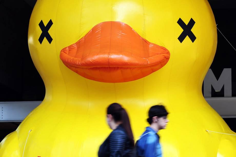 Pato gigante é colocado em frente ao prédio da Fiesp (Federação das Indústrias do Estado de São Paulo), na avenida Paulista, região central da cidade, em protesto contra a alta de impostos sobre combustíveis - 21/07/2017