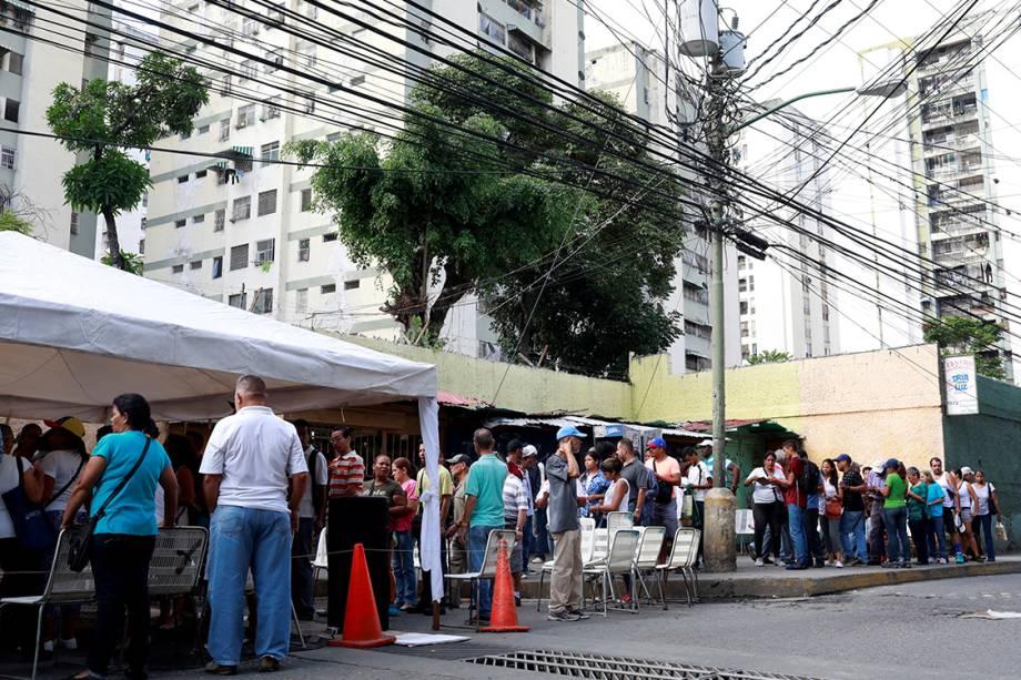 Filas se formam em frente à estações de votação para o plebiscito contra Nicolás Maduro, em Caracas, na Venezuela - 16/07/2017
