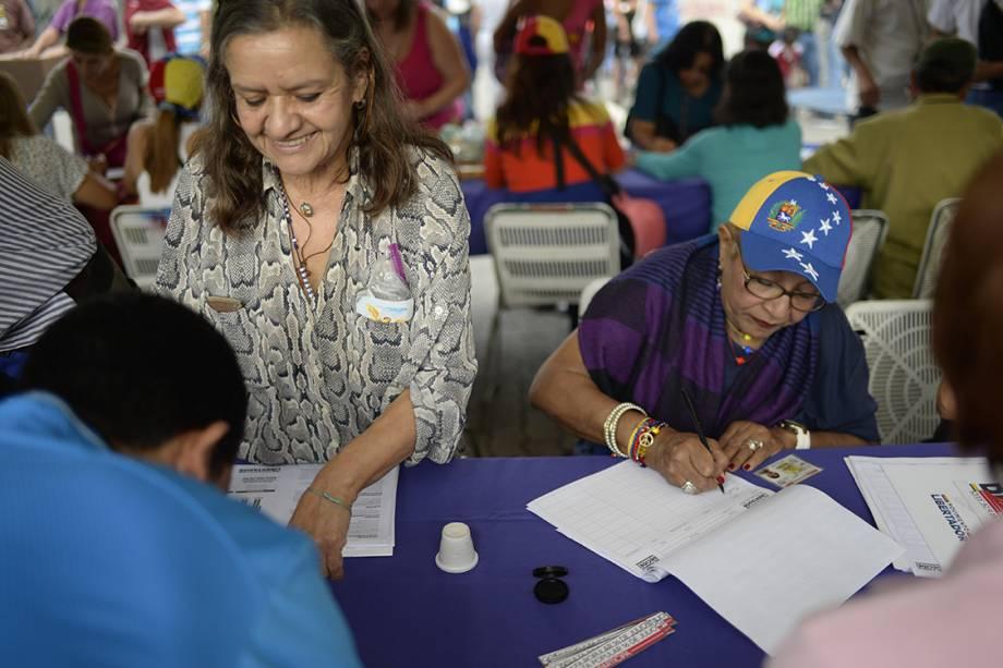 Pessoas depositam seus votos em urnas durante plebiscito não-oficial organizado contra o presidente Nicolás Maduro, em Caracas, Venezuela - 16/07/2017