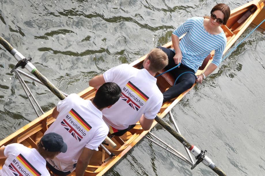 O princesa Kate, duquesa de Cambridge, da Grã-Bretanha, passeia em uma regata de remo durante o terceiro dia de visita à Alemanha, na cidade de Heidelberg