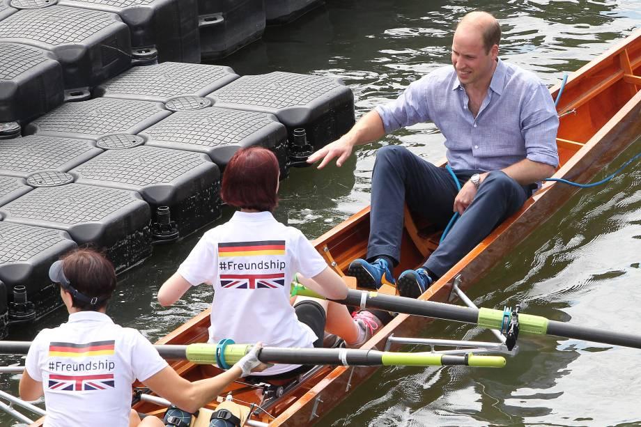 O príncipe William, duque de Cambridge, da Grã-Bretanha, passeia em uma regata de remo durante o terceiro dia de visita à Alemanha, na cidade de Heidelberg