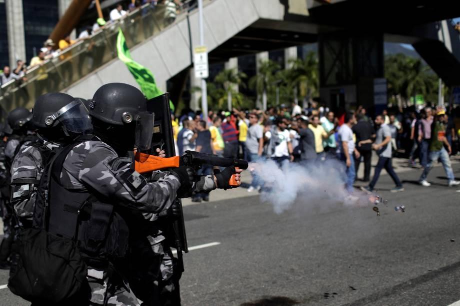 Policias disparam bombas de gás lacrimogêneo na direção dos taxistas que manifestavam contra os aplicativos de carona remunerada esta manhã, durante confusão em frente a prefeitura do Rio de Janeiro - 27/07/2017