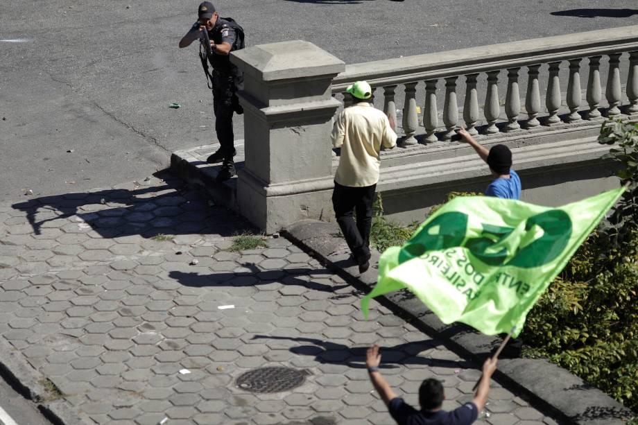 Policiais e manifestantes entraram em confronto durante o protesto dos taxistas do Rio de Janeiro contra a regulamentação de aplicativos de carona remuneradas - 27/07/2017