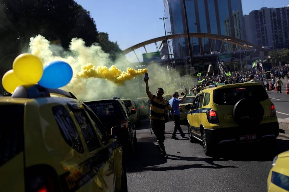 Motoristas de táxi se reúnem em frente a prefeitura do Rio de Janeiro para reivindicar a regulamentação de aplicativos de carona remunerada - 27/07/2017