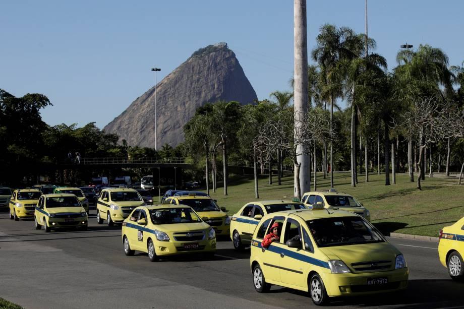 Taxistas durante a manifestação contra a regulamentação dos aplicativos de carona remunerada no município do Rio de Janeiro - 27/07/2017