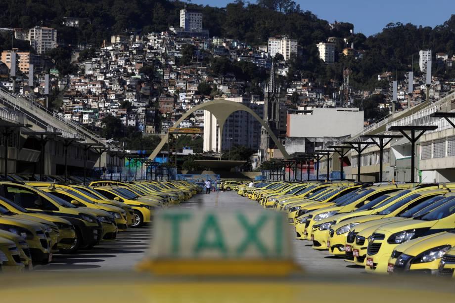 Taxis estacionados no sambódromo do Rio de Janeiro na manhã desta quinta-feira. O Sindicato dos Taxistas Autônomos organizou o protesto contra a regulamentação dos aplicativos de carona remunerada na capital carioca - 27/07/2017