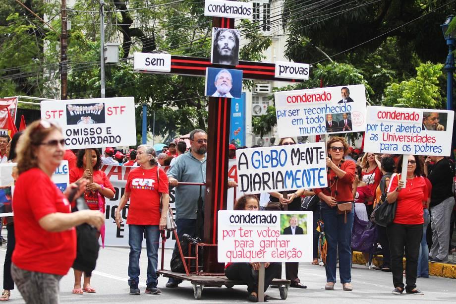 Movimentos sociais e grupos sindicais ligados à CUT realizam protesto no Parque Treze de Maio, no Centro do Recife (PE), contra a sentença do juiz Sérgio Moro que condenou o ex-presidente Luiz Inácio Lula da Silva - 20/07/2017