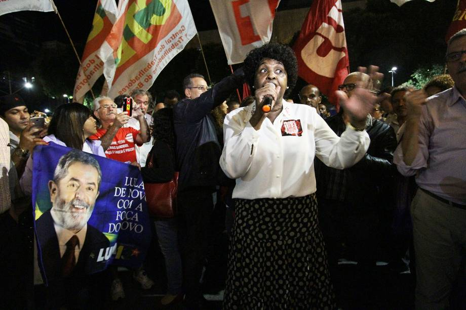 A deputada federal Benedita da Silva durante protesto em defesa dos ex-presidentes Luiz Inácio Lula da Silva e Dilma Rousseff e contra o presidente Michel Temer, no centro do Rio de Janeiro (RJ) - 20/07/2017