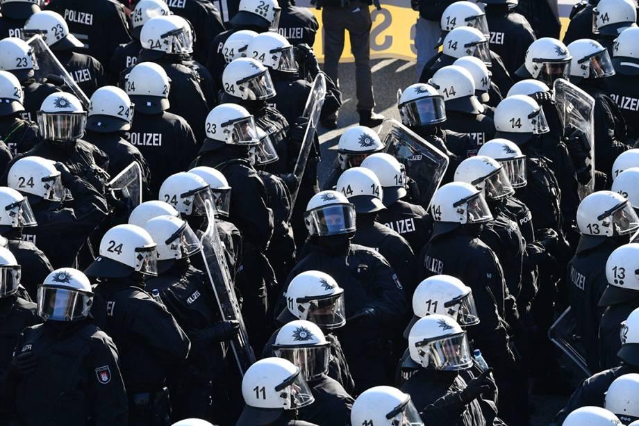 Policiais se organizam para conter manifestação contra conferência do G20 que acontece entre 7 e 8 de julho em Hamburgo, na Alemanha - 06/07/2017