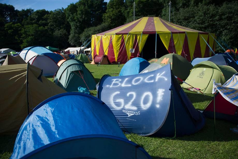 Ativistas anti-capitalistas acampam em forma de protesto em frente ao parque Altonaer Volkspark, em Hamburgo, como forma de protesto contra a conferência do G20, na Alemanha
