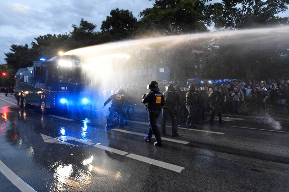 Polícia alemã utiliza caminhões pipa e jatos d'água para dispersar manifestações contra a conferência do G20 em Hamburgo, na Alemanha - 06/07/2017