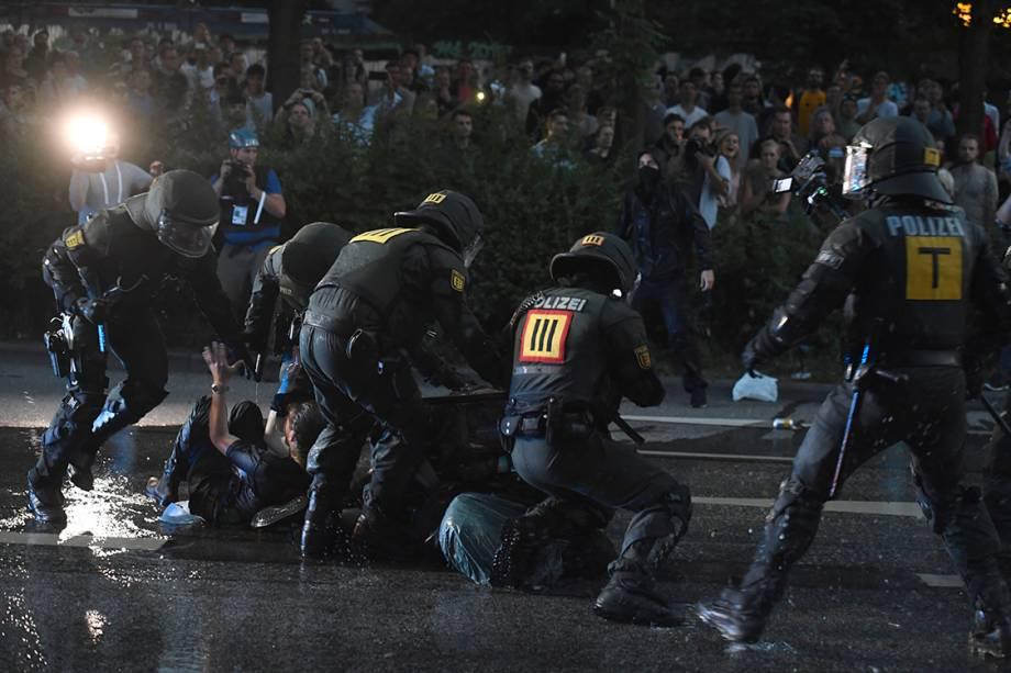 Polícia alemã repreende manifestantes que protestavam contra o G20 em Hamburgo, na Alemanha - 06/07/2017