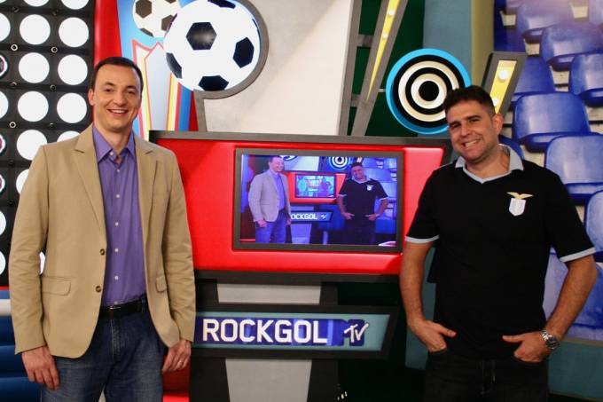 Paulo Bonfá apresenta o programa Rockgol, da MTV