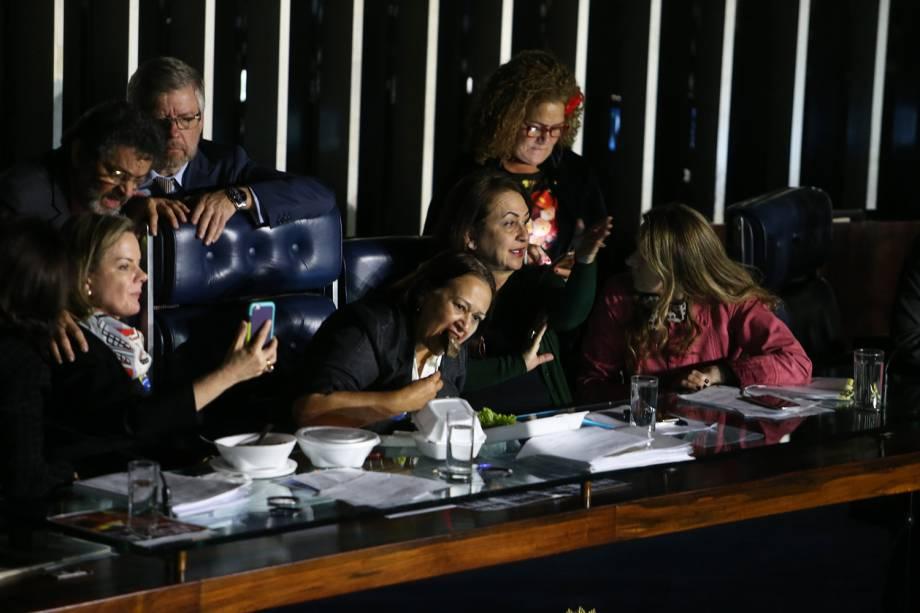 O presidente do Senado, Eunício Oliveira (PMDB-CE) mandou apagar as luzes do plenário, após ter sua mesa ocupada pelas senadoras Gleisi Hoffmann (PT-PR), Fátima Bezerra (PT-RN), Kátia Abreu e a senadora Vanessa Grazziotin (PCdoB-AM) 11/07/2017