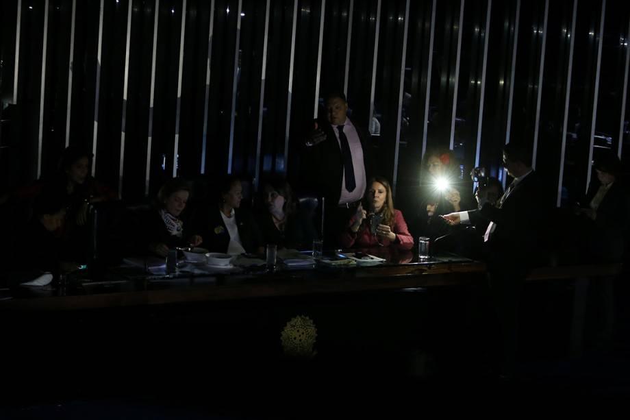 Senadores de oposição ficam no escuro depois que as luzes do plenário foram desligadas por ordem do presidente do Senado, Eunicio Oliveira, após o encerramento da sessão que discutia a reforma trabalhista em Brasília - 11/07/2017