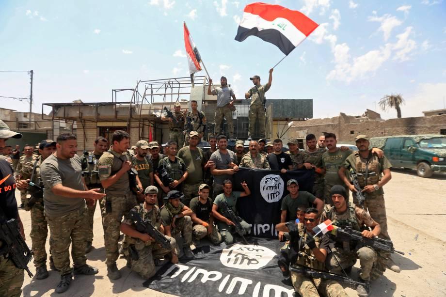 Membros da Divisão Especial de Emergência iraquiana comemoram na Cidade Velha de Mossul, Iraque