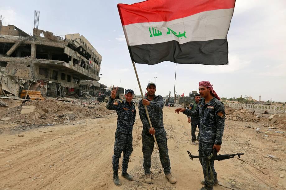 Membros da Polícia Federal iraquiana comemoram na Cidade Velha de Mossul, Iraque