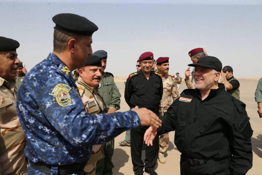 O primeiro-ministro iraquiano, Haider al-Abadi, chega em Mossul após declarar vitória sobre o Estado Islâmico