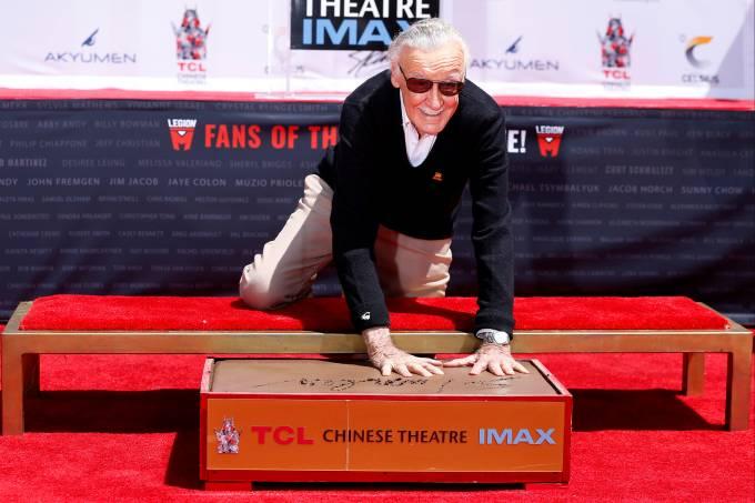 Stan Lee, lenda da Marvel, deixa sua marca no cimento de Hollywood