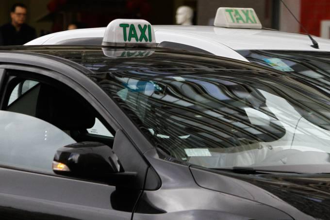 Táxi preto visto em frente ao prédio da Prefeitura de São Paulo