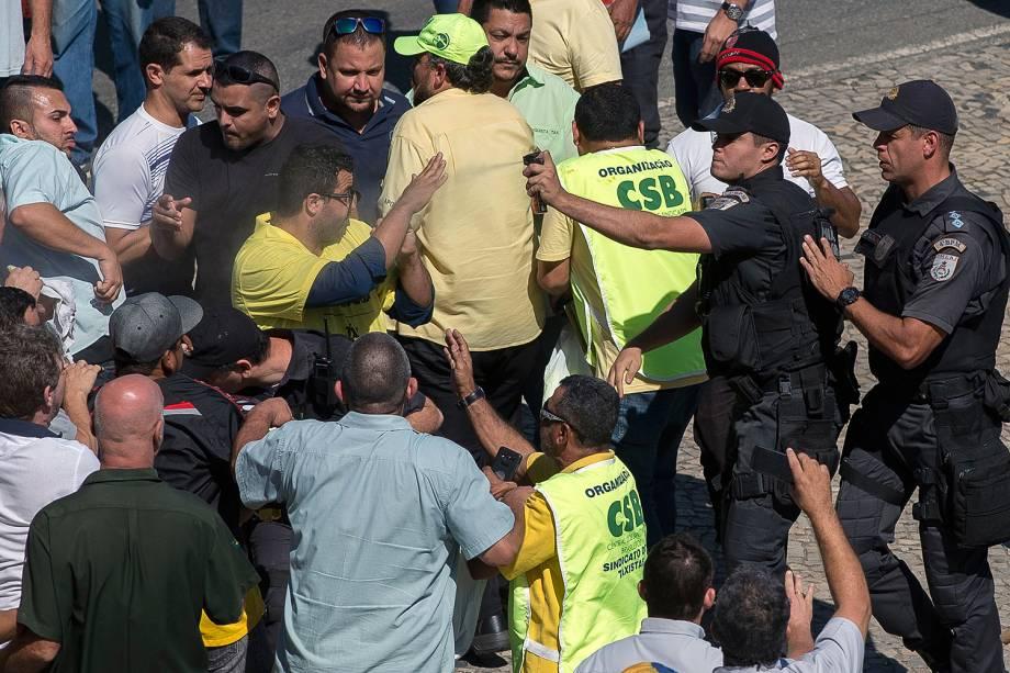Policias entram em confronto com taxistas que manifestavam contra os aplicativos de carona remunerada esta manhã, durante confusão em frente a prefeitura do Rio de Janeiro - 27/07/2017